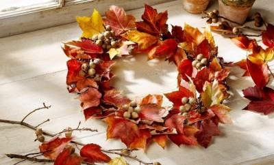 decorating-fall-autumn-maple-flowers-wreath-ahorns
