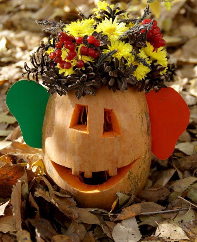 fall decorating ideas-smiling-pumpkin-pine-cone-mums-berries-crown