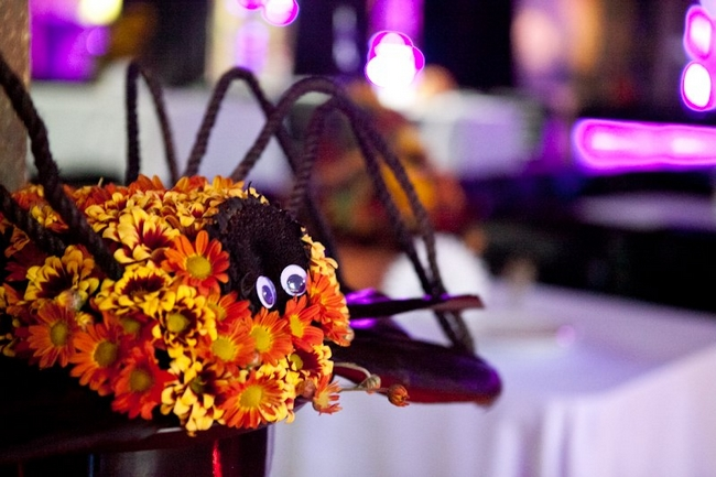 fall decorating ideas-spider-orange-mums-googley-eyes