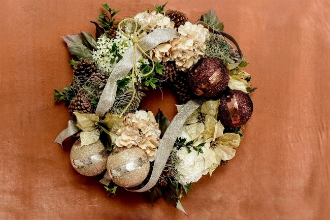 diy-christmas-wreath-gold-fresh-flowers
