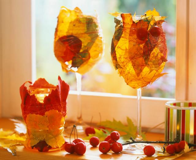fall-decorating-ideas-wrapped-wine-glasses-autumn-leaves