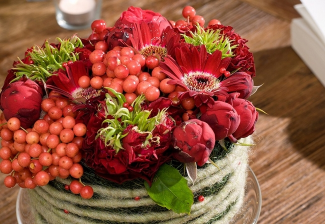 fall-table-centerpiece-red-hues-berries-flowers-floral-arrangement