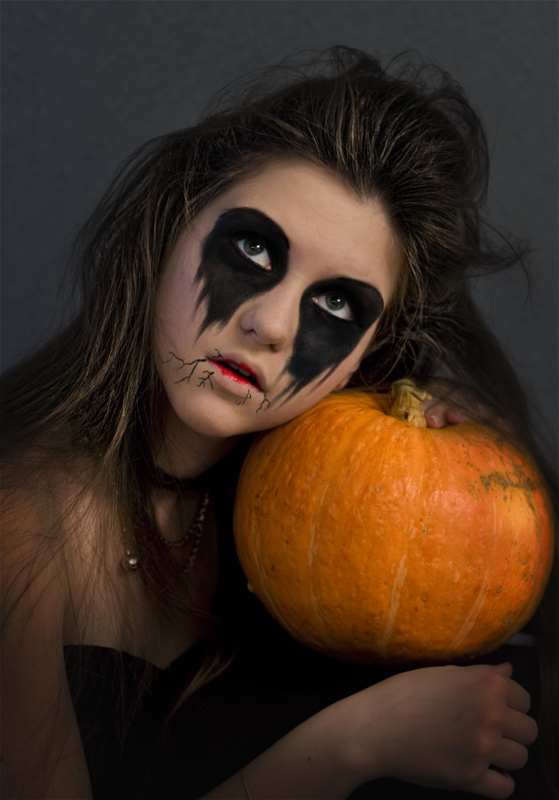 halloween makeup women black eyes crow