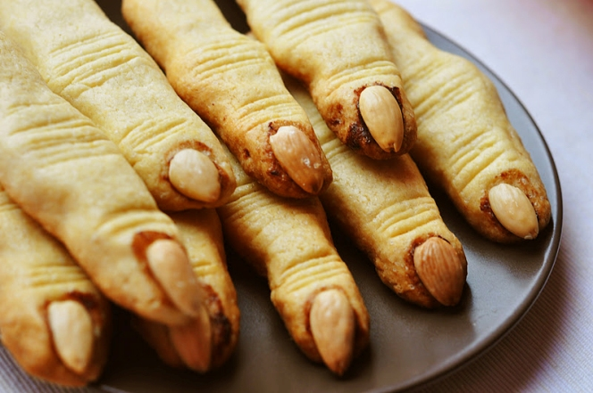 halloween-recipe-ideas-kids-treats-witch-fingers-cookies-almonds