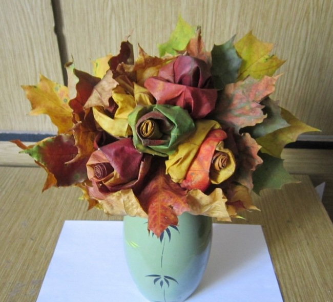 nature-inspired fall decorating ideas maple-leaf-roses-bouquet