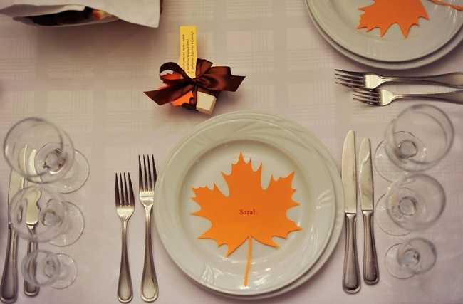 table-decorating-for-fall-ideas-paper-maple-leaf-plate