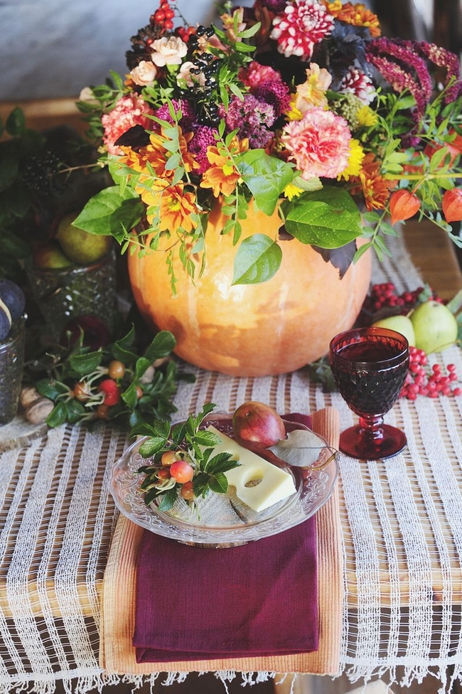 table-decorating-for-fall-ideas-pumpkin-vase-cloth-napkins
