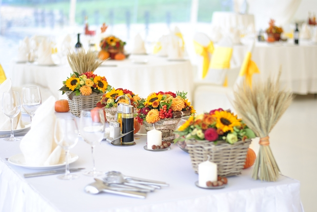 table-decorating-for-fall-ideas-wheat-bundles-flower-arrangement-baskets