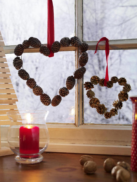 christmas window decoration ideas wired pinecones hears hanging