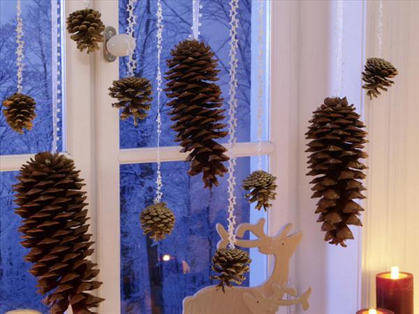 christmas window decorations chains pinecones deers