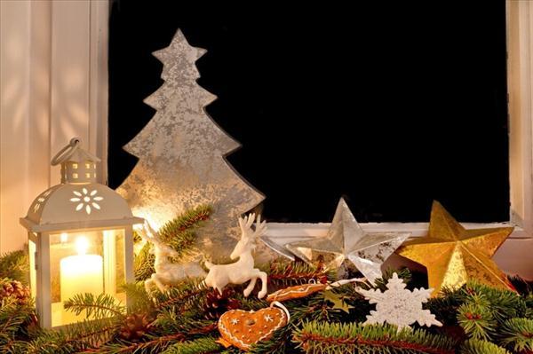 christmas window display idea candle holder star evergreens