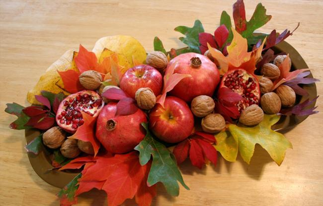 fall-table-centerpiece-natural-materials-autumn-leaves