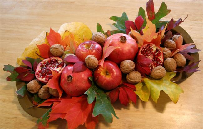 fall table decorations diy composition autumn leaves nuts pomegranates