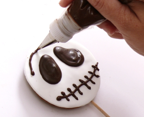 halloween cupcake decorations drawing face chocolate