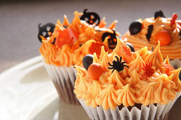 Halloween cupcake decorations u2013 Spooky ideas with candy and frosting & Christmas cupcakes recipes - Reindeers or penguins?