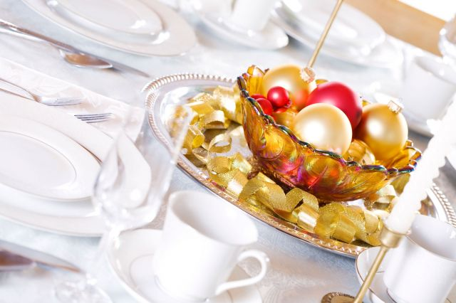 christmas-dinner-table-centerpiece-gold-red-ornaments
