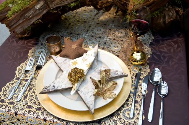 christmas dinner table decorations gold lace-table-runner