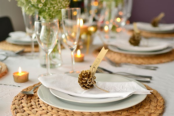 christmas dinner table decorations natural-fiber-placemats-pinecones-candles