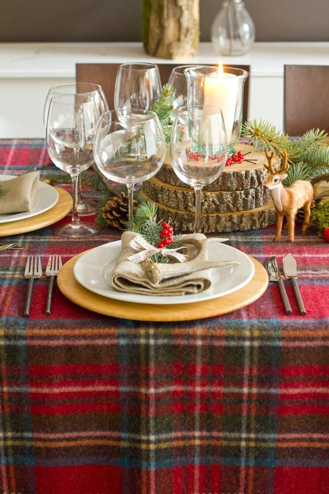 christmas dinner table decorations rustic-checkered-tablecloth-wood-slices