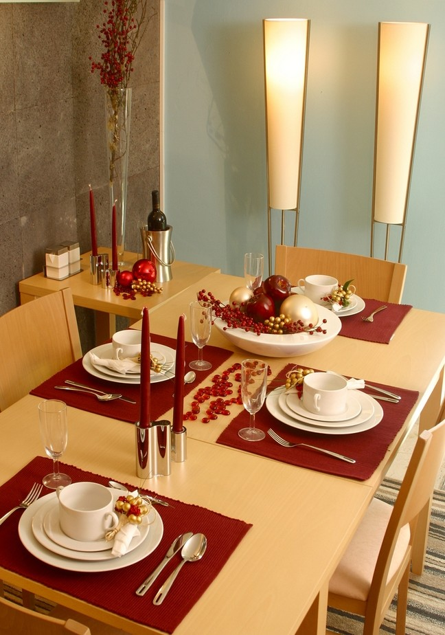 Minimalist table setting in red and gold Dinner table setting pictures