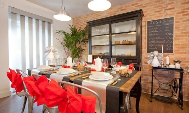 christmas-dinner-table-setting-red-paper-ribbons-chair-backs