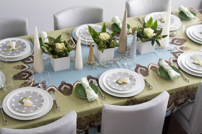 christmas-dinner-table-setting-silver-green-white-roses & 28 Christmas dinner table decorations and easy DIY Ideas