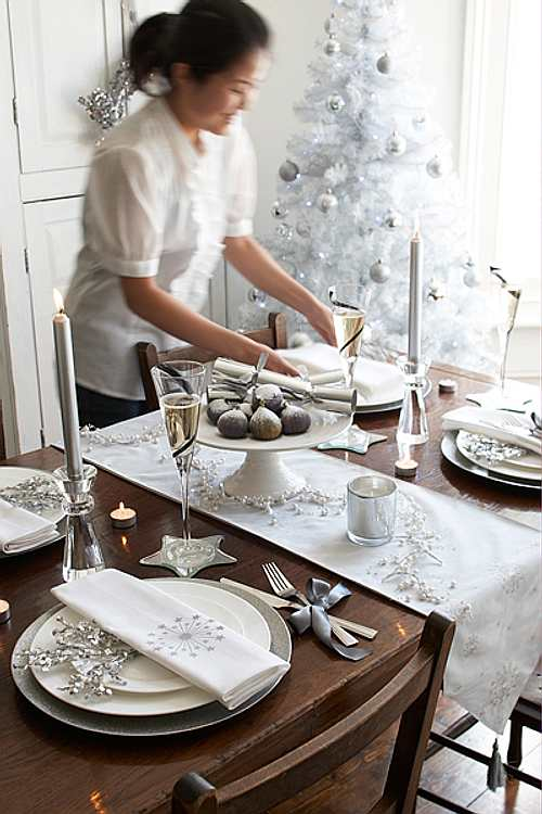 christmas-dinner-table-setting-white-silver-decorations