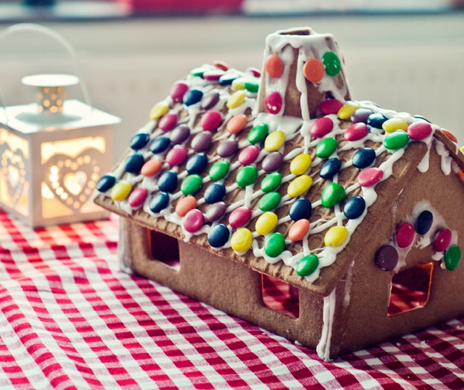 christmas gingerbread house mms-decorated-roof