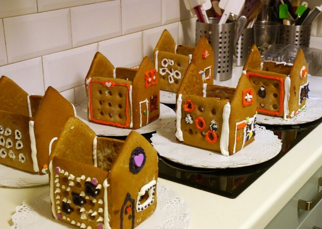christmas gingerbread house tutorial-assembling-houses