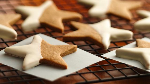 cute christmas desserts gingerbread cookies stars half white chocolate