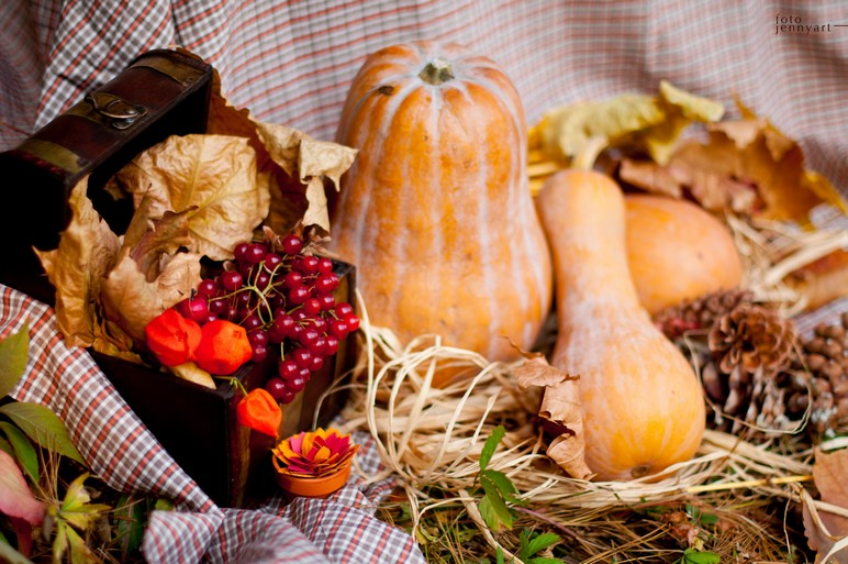diy thanksgiving arrangement gourds berries autumn leaves