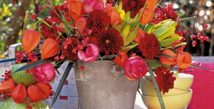 diy-thanksgiving-decorations-outdoor-table-flowers-red-orange-shades