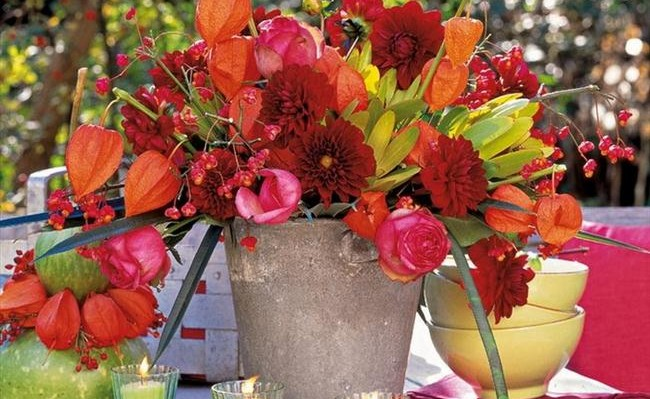 diy thanksgiving decorations outdoor table flowers red orange shades e1419687862400