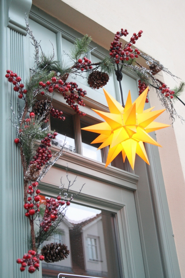 front-door-christmas-decoration-ideas-berry-branches-star-shaped-lamp