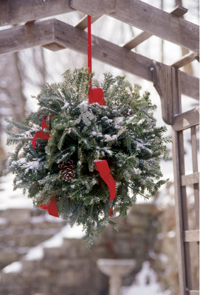 garden-decorations-winter-christmas-greenery-kissing-ball -