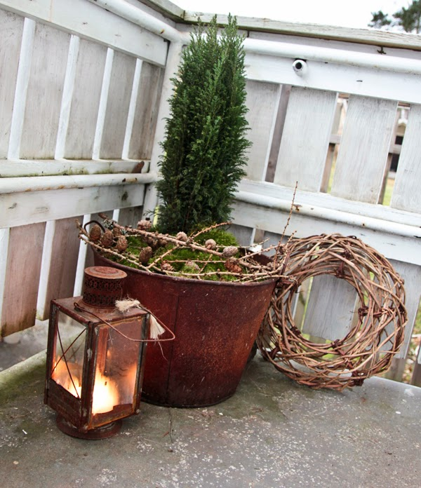 garden-decorations-winter-christmas-old-iron-bucket-lantern
