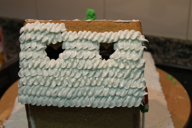 gingerbread-house-christmas-white-glazing-roof