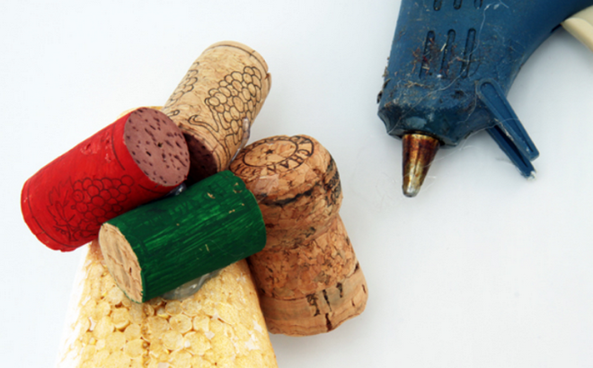handmade-Christmas-trees-tutorial-wine-corks-hot-glue-gun