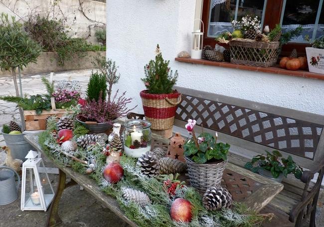outdoor-christmas-decoration-ideas-garden-table-greenery