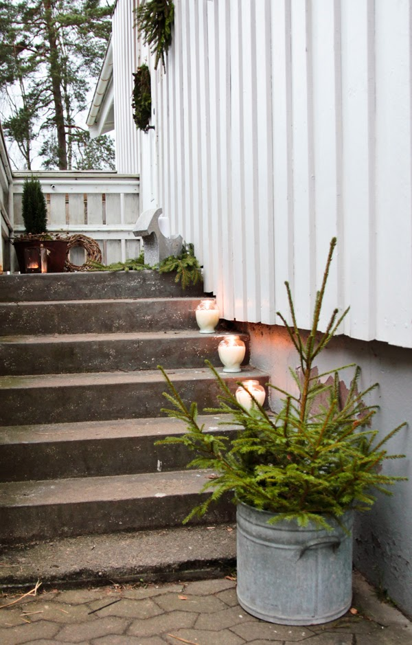 outdoor christmas decoration ideas steps-candles-jars-greenery