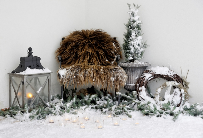 outdoor-winter-decoration-candle-votivs-lanterns-fur-blanket