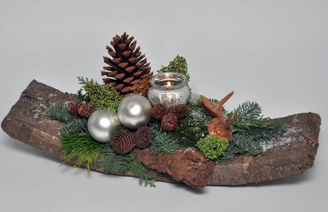 christmas-centerpiece-rustic-evergreens-pine-cones-wooden-tray -