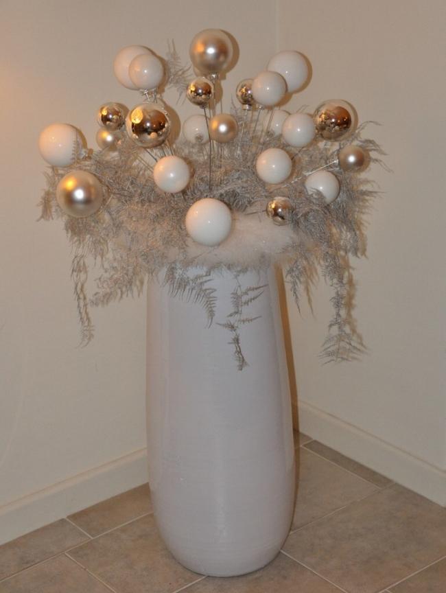 lastminutediychristmasdecorationswhitevaseornamentswires