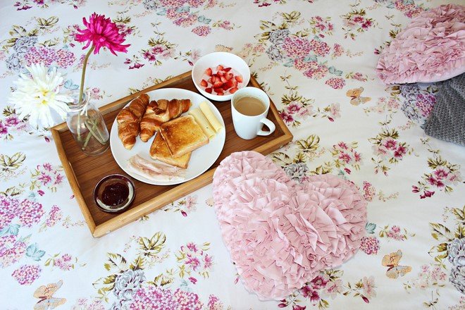 table-decoration-ideas-valentines-day-breakfast-bed-wooden-tray-flowers