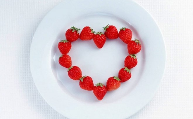 Table decoration ideas valentines-day-strawberries-heart-white-plate