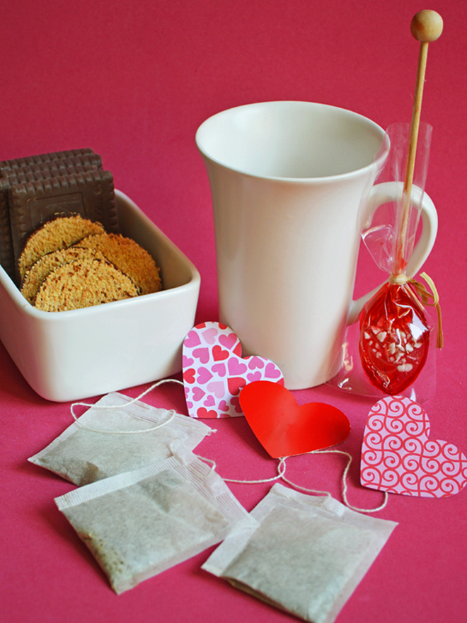 Table decoration ideas valentines-day-teabags-paper-hearts