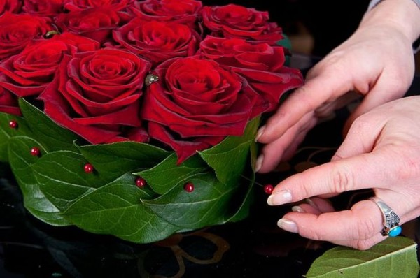 Сердце из живых цветов пошагово