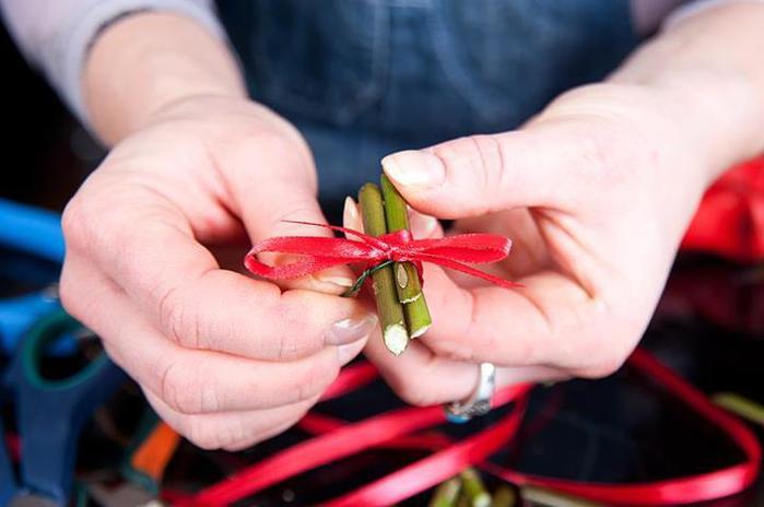 homemade valentines day gift idea small decorative ribbon stems