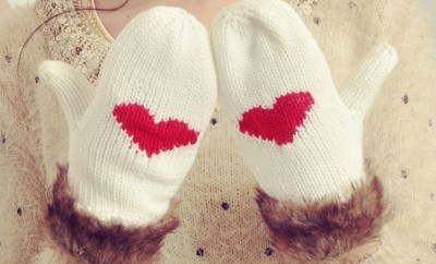 valentines-day-gifts-girfriend-white-mittens-red-hearts