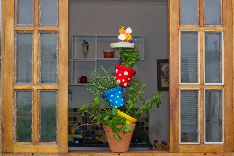 Diy vertical herb garden made of pots cute idea for your for Kitchen garden decoration